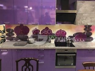 Кухня с фиолетовыми фасадами