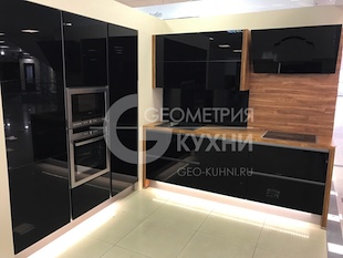 Встроенные кухонные пеналы с черными фасадами
