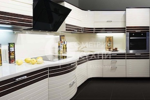 Кухня Инлайн с оригинальной комбинацией материалов