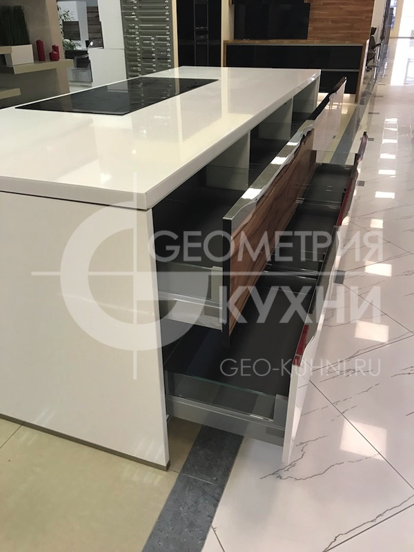 kukhnya-belaya-ostrovnaya-geometriya-11