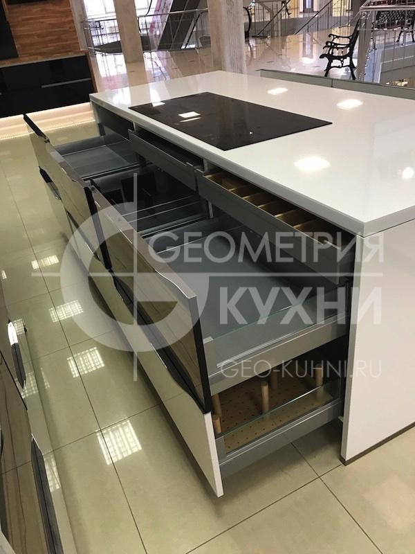 kukhnya-belaya-ostrovnaya-geometriya-19