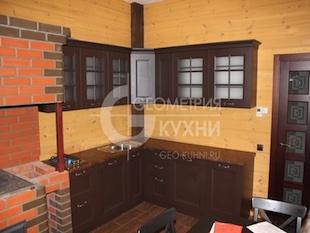 Кухонная мебель в цвете венге для загородного дома