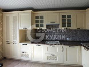 Угловая кухня из массива бежевого цвета