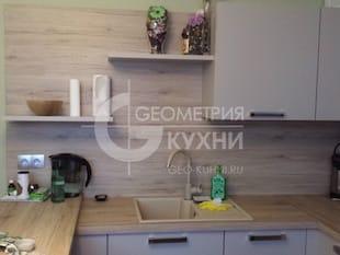 Маленькая угловая кухня с крашенными фасадами