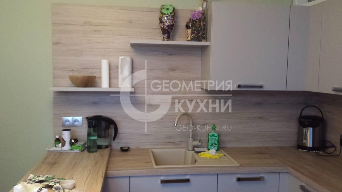 malenkaya-uglovaya-kukhnya-s-krashennymi-fasadami-2