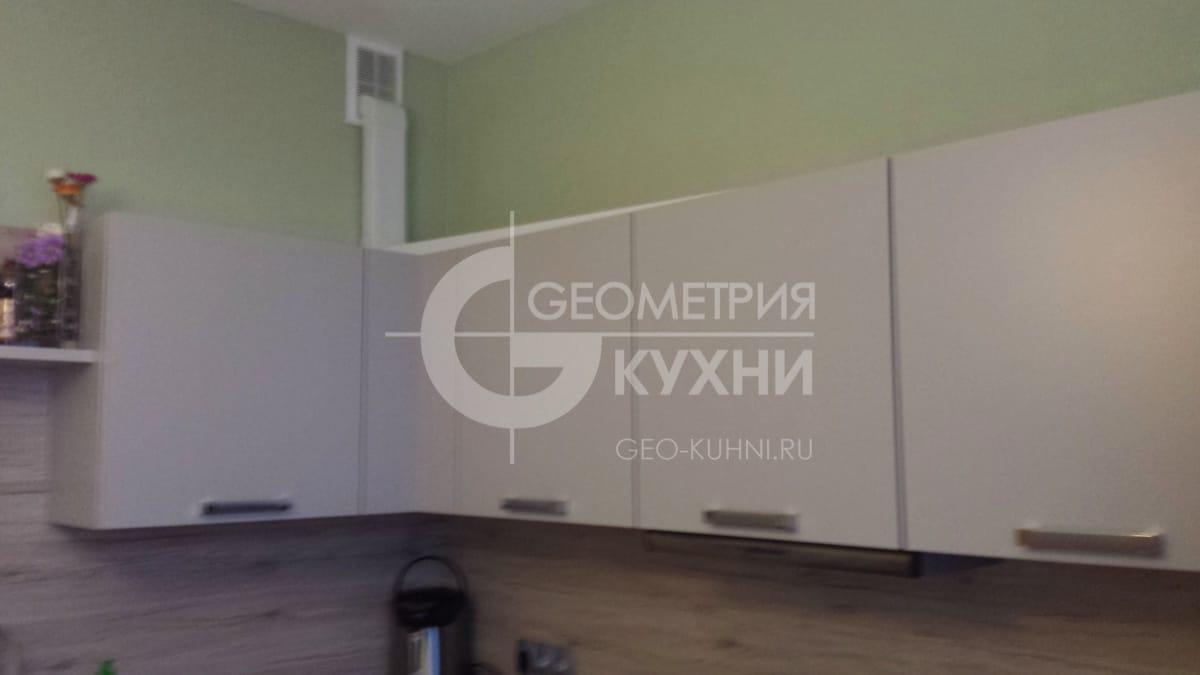 malenkaya-uglovaya-kukhnya-s-krashennymi-fasadami-3