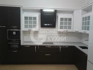 Угловая кухня в коричнево-белом цвете