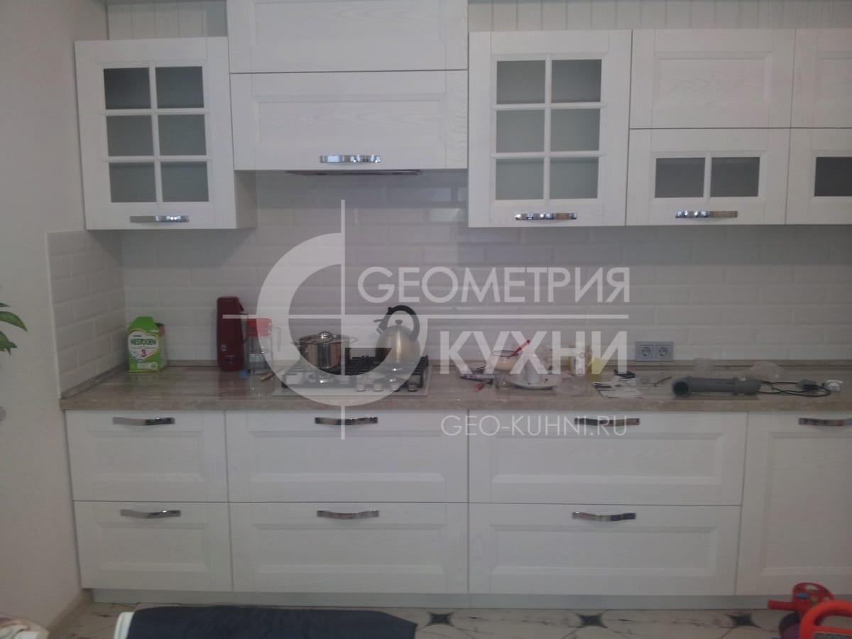 belaya-kukhnya-dlya-svetlogo-interyera-2