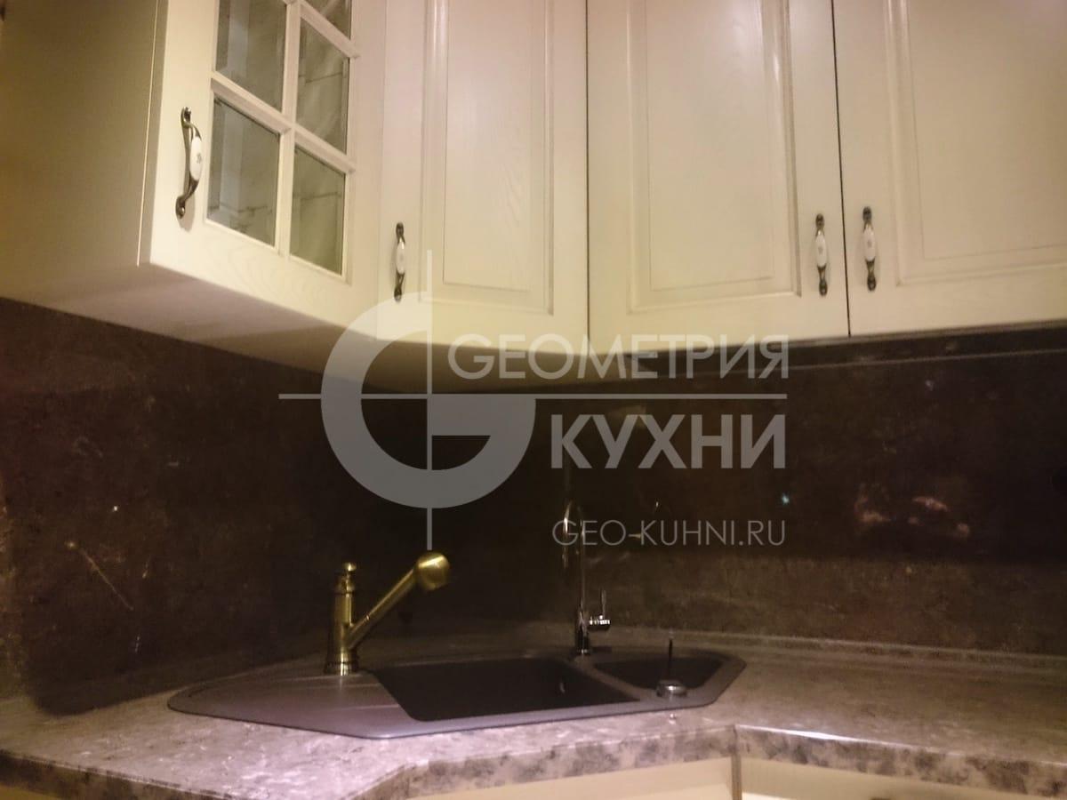 klassicheskaya-kukhnya-v-derevenskom-stile-4