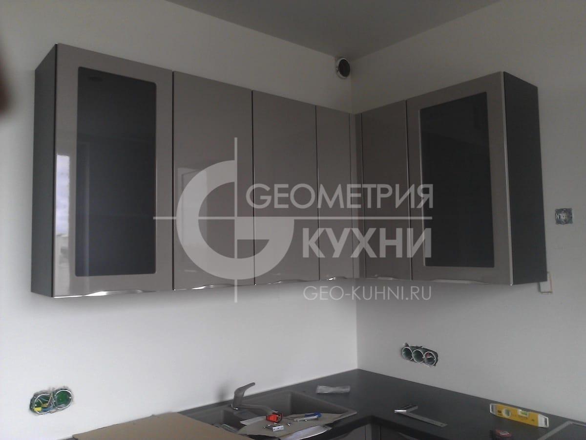 kukhonnaya-mebel-s-fasadami-tsveta-grafit-1
