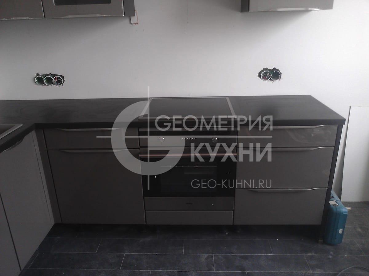 kukhonnaya-mebel-s-fasadami-tsveta-grafit-3