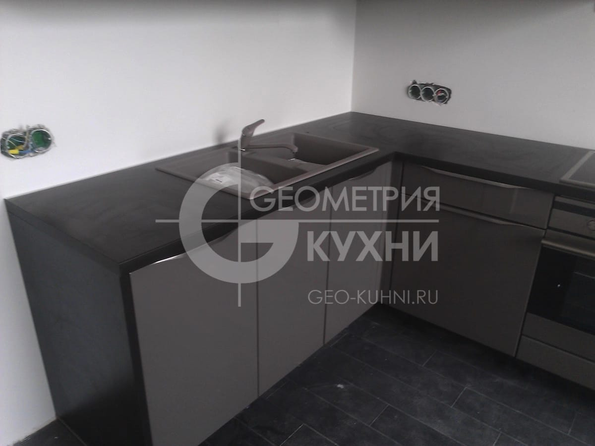 kukhonnaya-mebel-s-fasadami-tsveta-grafit-4