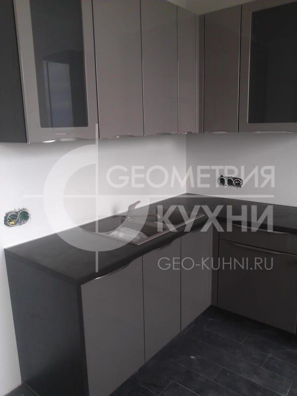kukhonnaya-mebel-s-fasadami-tsveta-grafit-5