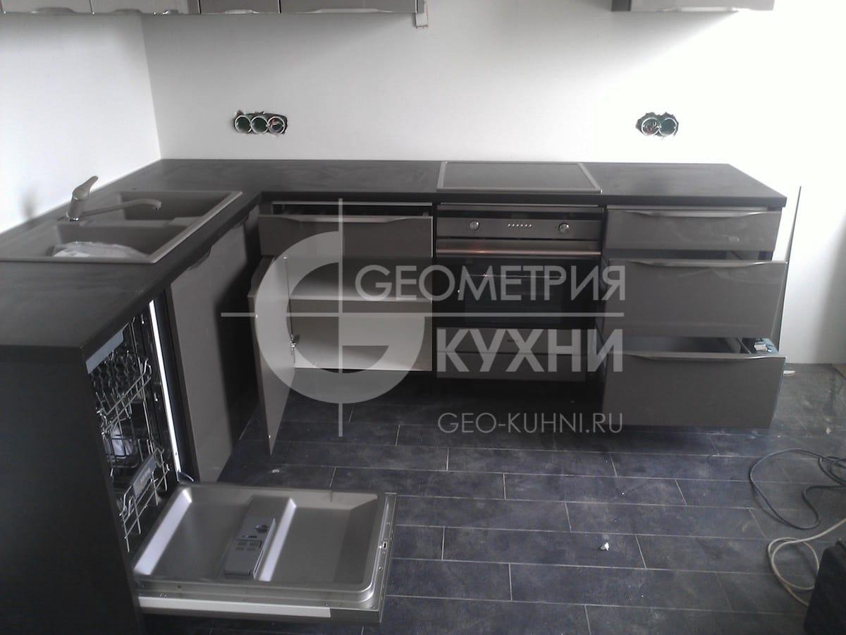 kukhonnaya-mebel-s-fasadami-tsveta-grafit-7