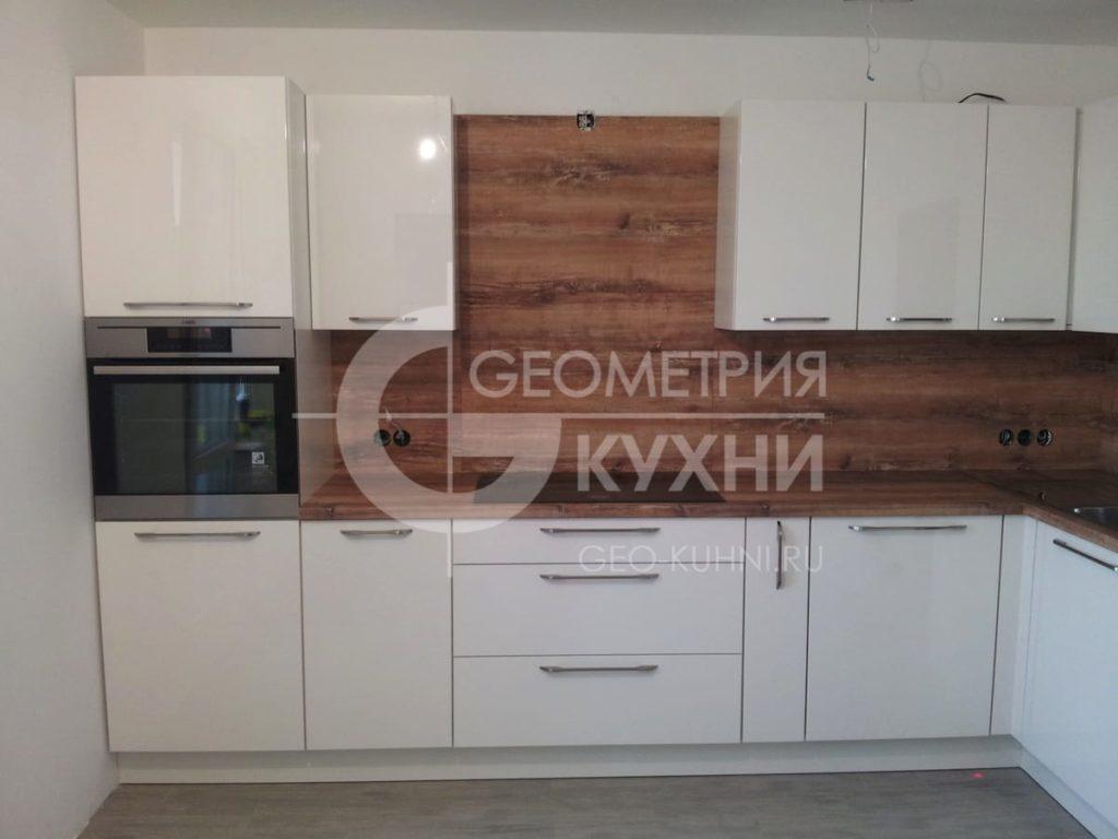 kukhonnaya-mebel-s-plenochnymi-fasadami-2