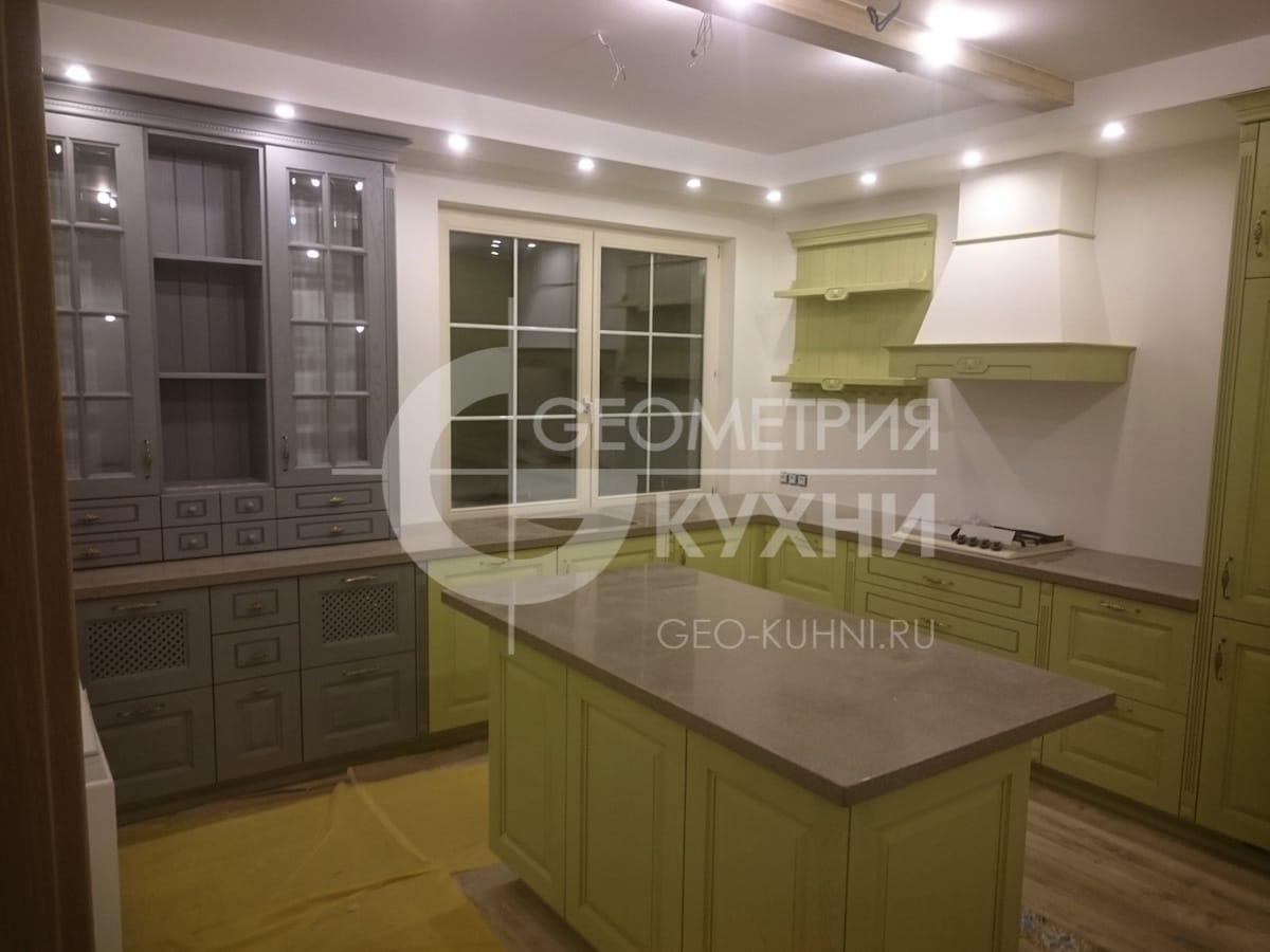 Кухонный гарнитур с островом для коттеджа