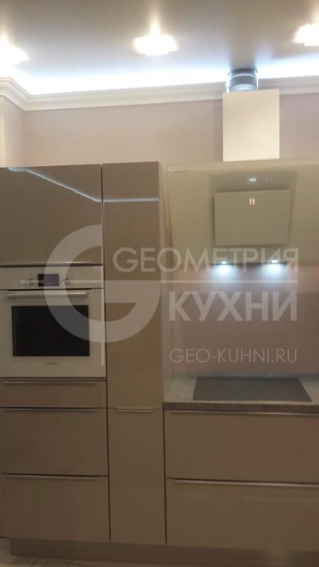lakonichnaya-kukhnya-v-stile-khay-tek-3