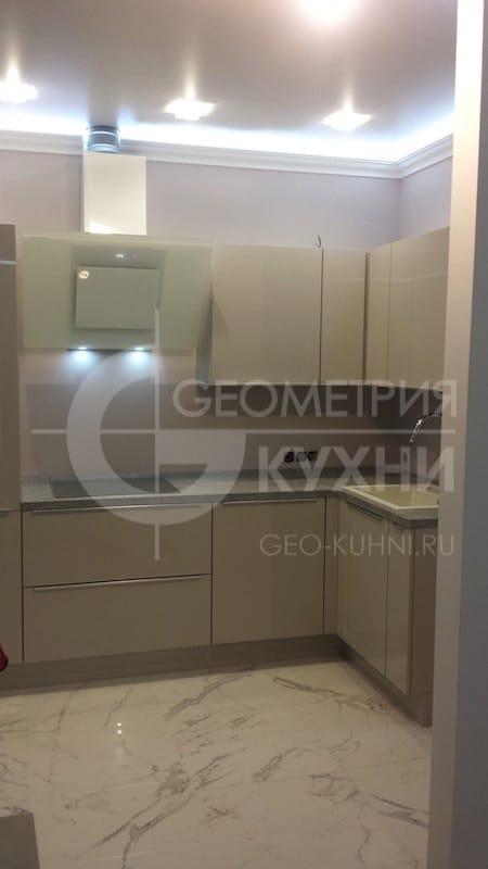 lakonichnaya-kukhnya-v-stile-khay-tek-4