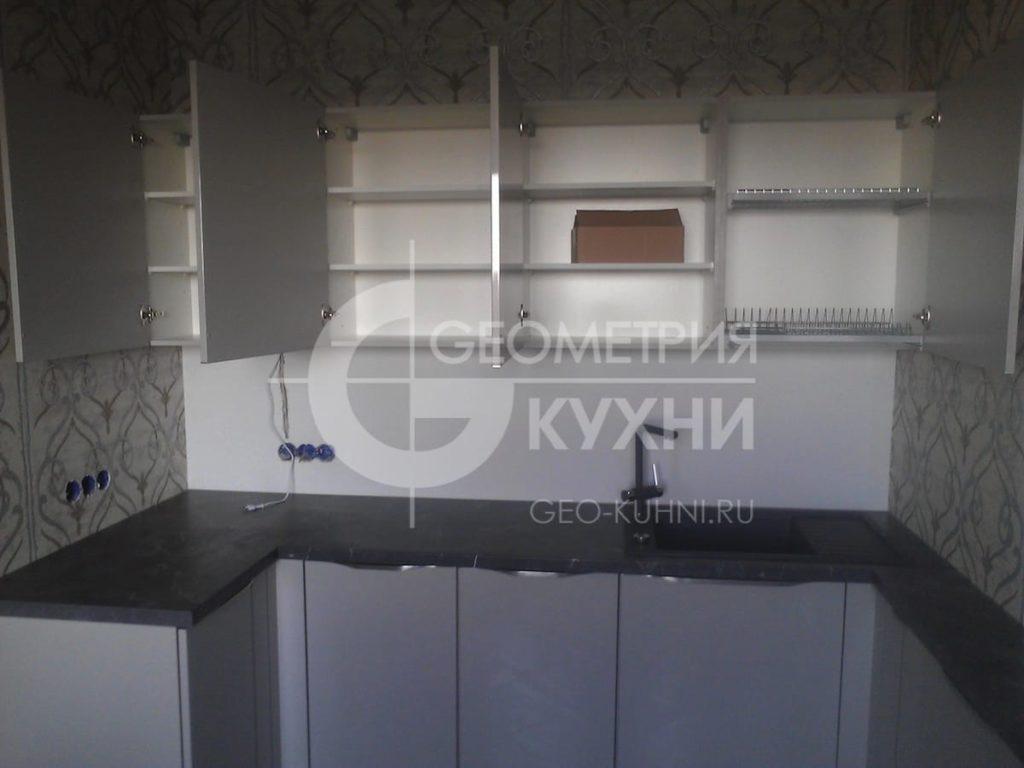 p-obraznaya-kukhnya-s-ventilyatsionnoy-shakhtoy-6