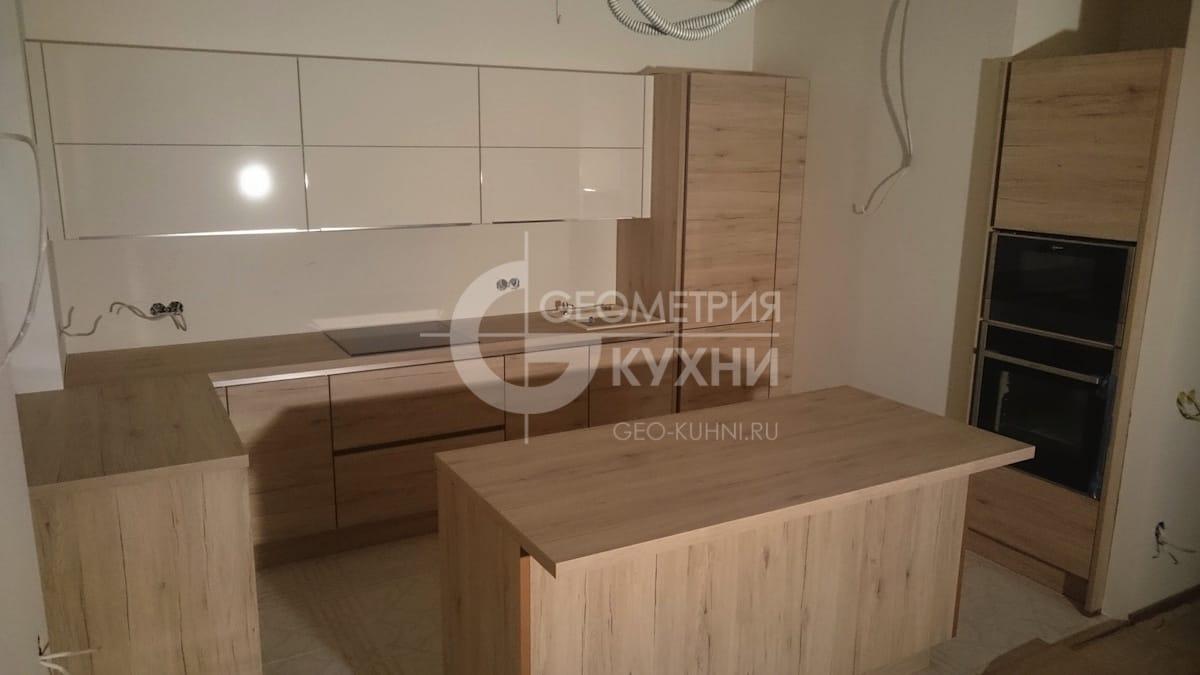 plastikovaya-kukhnya-s-ostrovnym-modulem-3