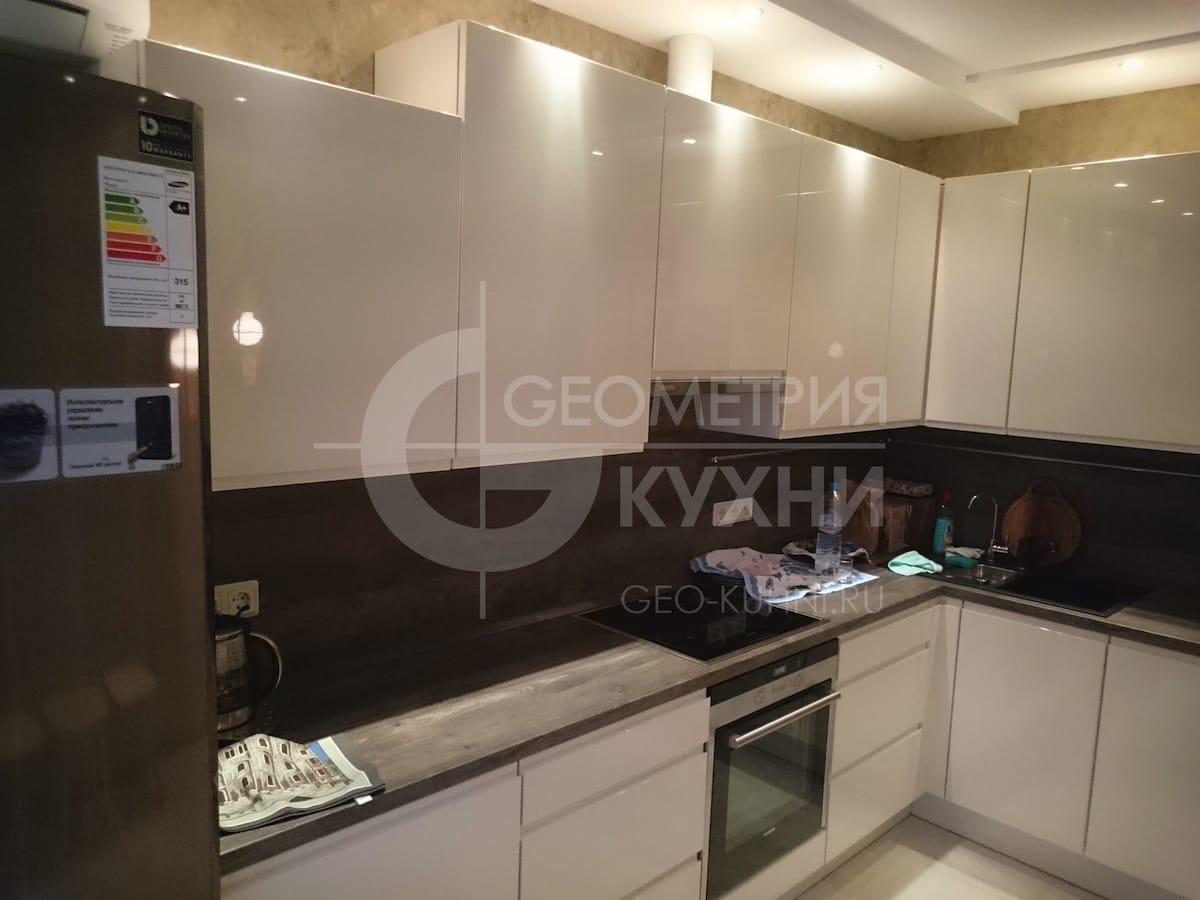 Угловая кухня с глянцевыми лакированными фасадами