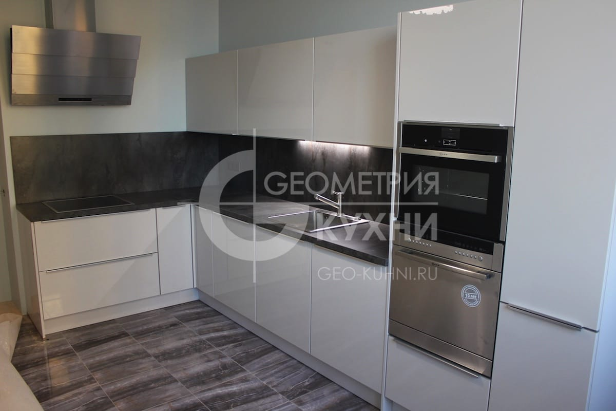 Угловая кухня с крашенными фасадами