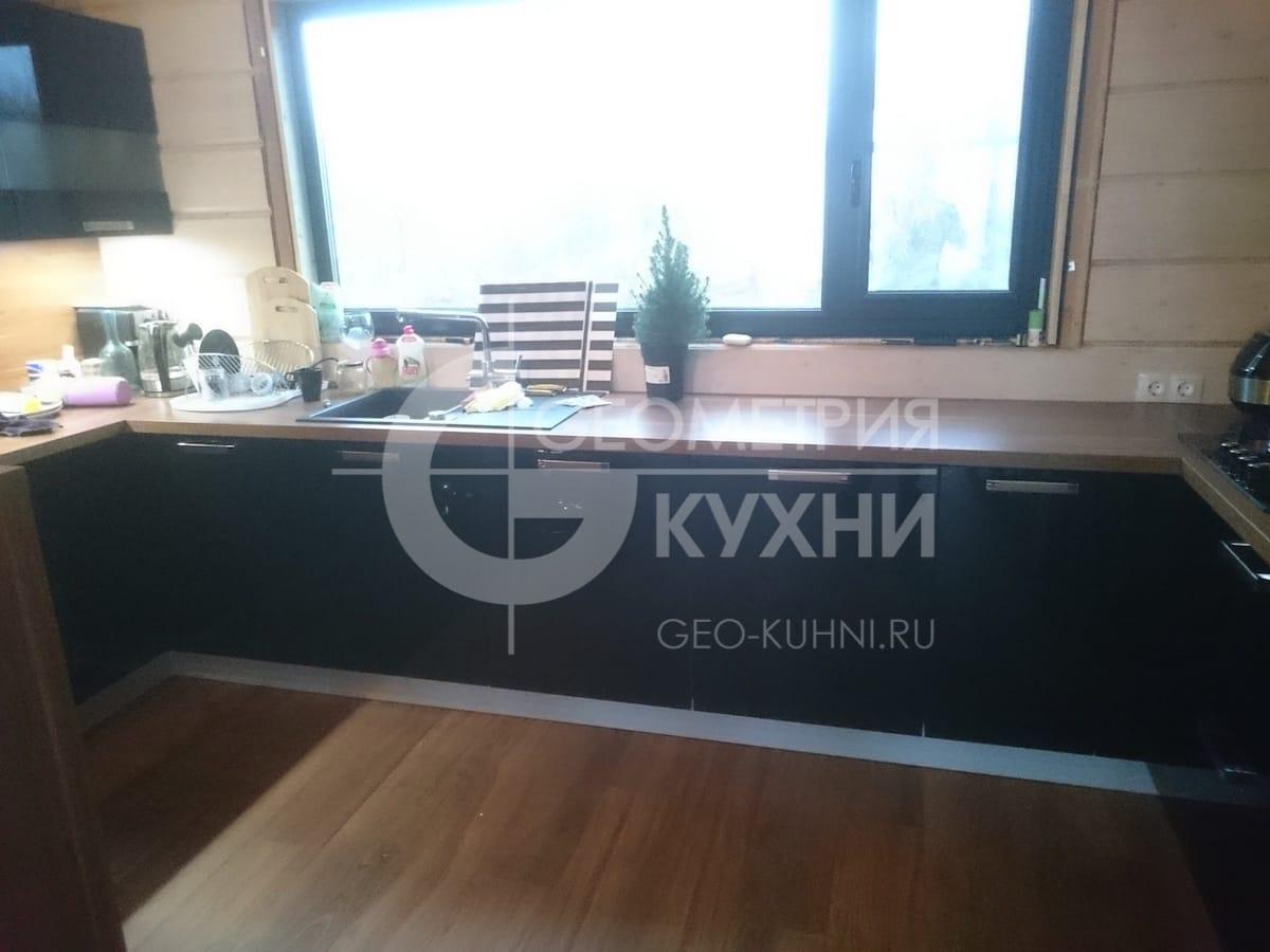 uyutnaya-kukhnya-s-barnoy-stoykoy-4