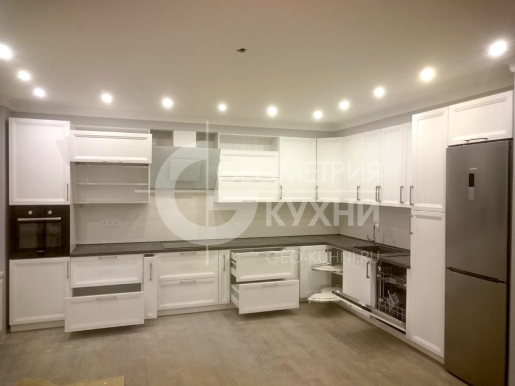 Фото кухонного гарнитура с белыми фасадами