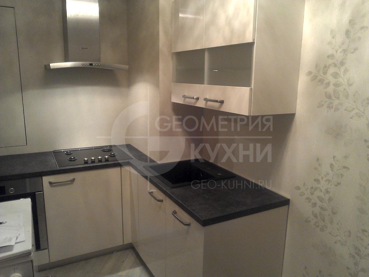 Кухня с выступом вентиляции