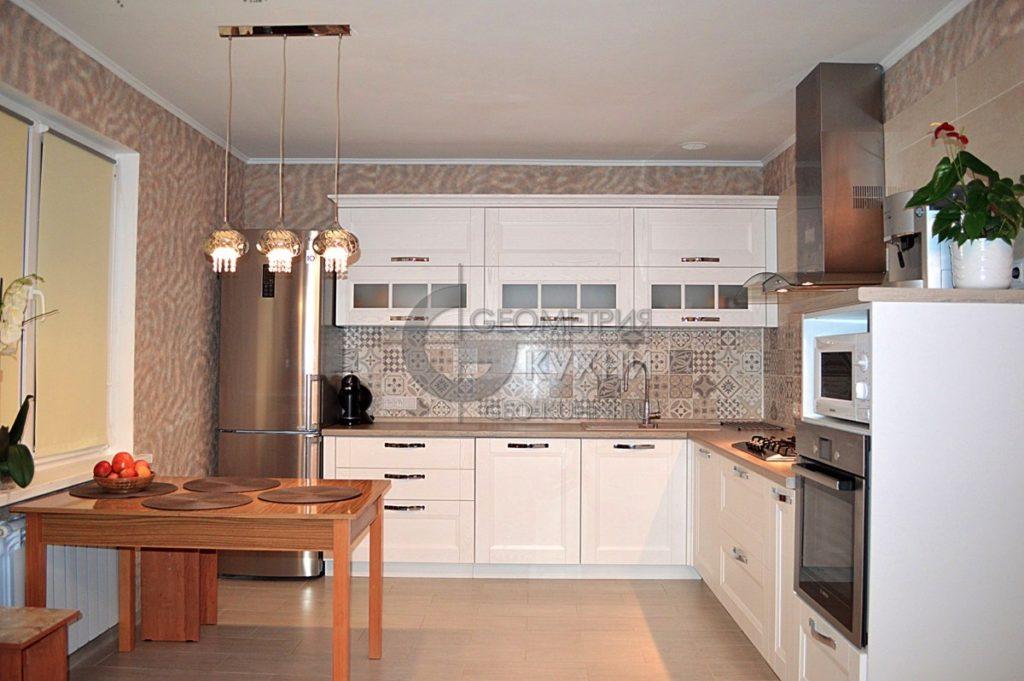 Угловая белая кухня в интерьере