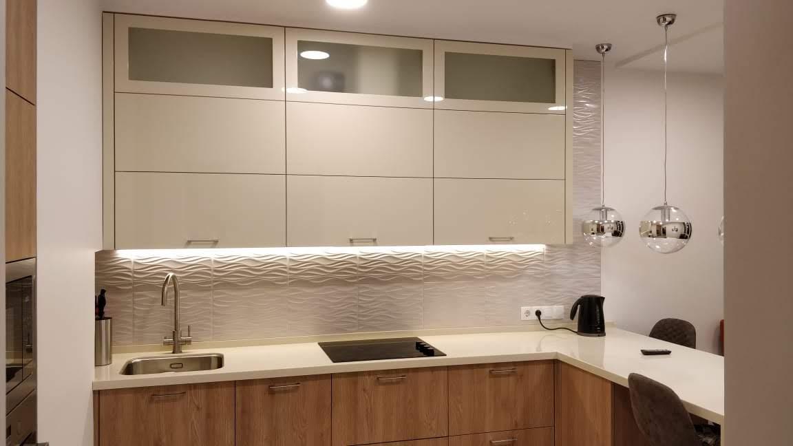 Стильная кухня в двух цветах